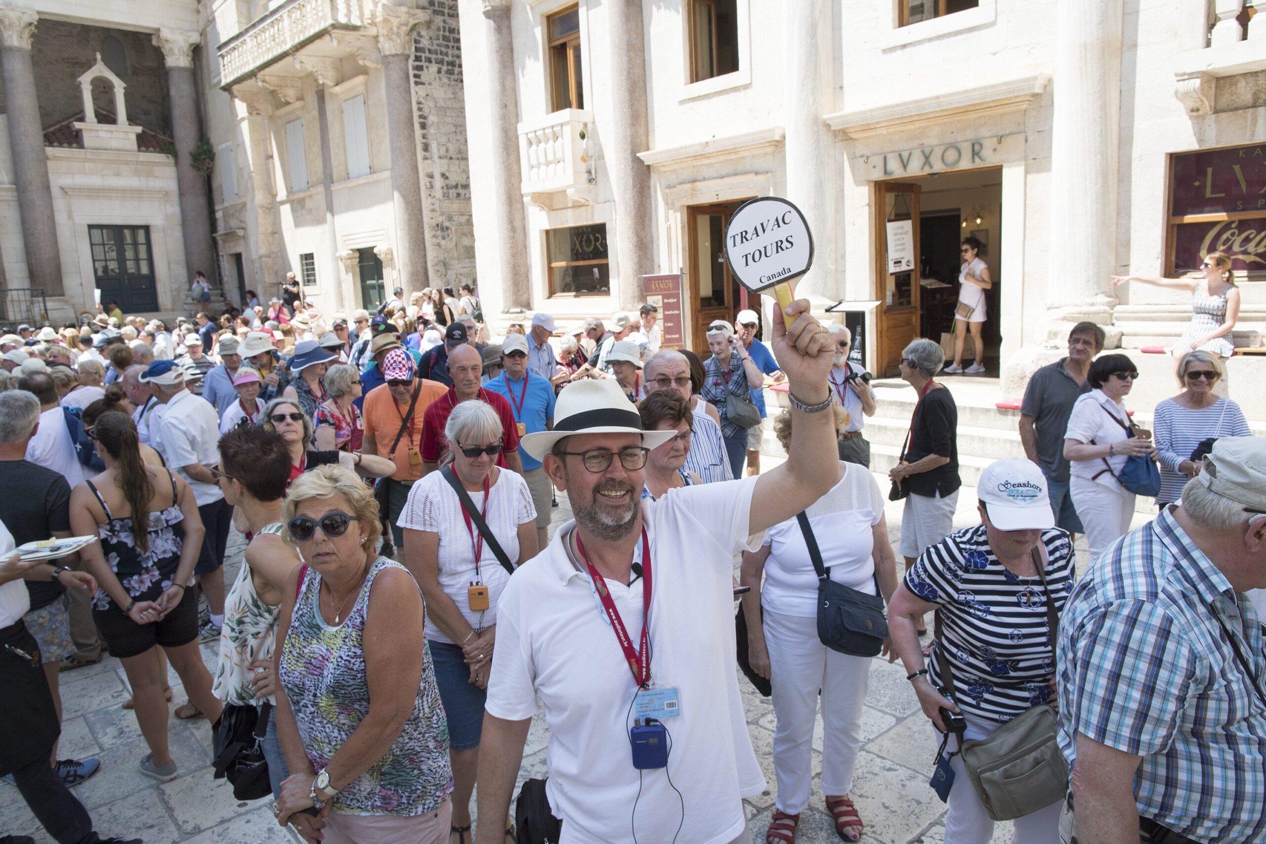 Split, 260518 Split je i predsezoni pun turista koji uzivaju u njegovoj povijesti i prekrasnom vremenu. Na fotografiji: novinar i turisticki vodic Ivica Profaca. Foto: Vladimir Dugandzic / CROPIX
